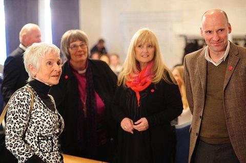 Forfatter Herbjørg Wassmo, Solveig Fiske,  biskop av Hamar, artist Hanne Krogh og advokat Geir Lippestad. Alle fronter Rød knapp-kampanjen Stopp vold mot kvinner.