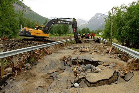 STORE SKADER: Frådende vannmasser ødela veibanen på Lillejord i Målselv i juli i fjor sommer. Kommuner og nord er dårlig forberedt på dramatiske klimaendringer de kommende årene.