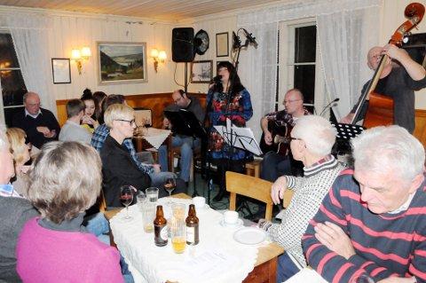 Gruppa «Venner av Johanna» med Kjell Kristian Nitteberg (t.v.), Marit Solstrand, Ulf Klemp og Jan Arild Moe fylte opp Valstad Café med norske Bob Dylan-låter.