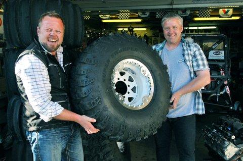 Asgeir Borgemoen (til venstre) er imponert over dekkene Pål Blesvik bruker når han kjører Formula Offroad.
