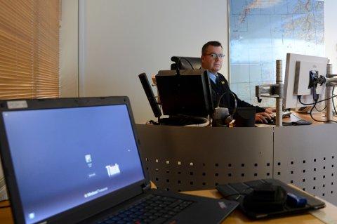 Politiets operasjonssentral i Bodø er helt avhengig ev ekstern pc med trådløs tilkobling for å få gjort jobben sin - fordi kapasiteten på internett er sprengt. I tillegg benytter operasjonsleder Ivar Bo Nilsson og kollegene sine egne smarttelefoner for å søke opp telefonnumre for eksempel.