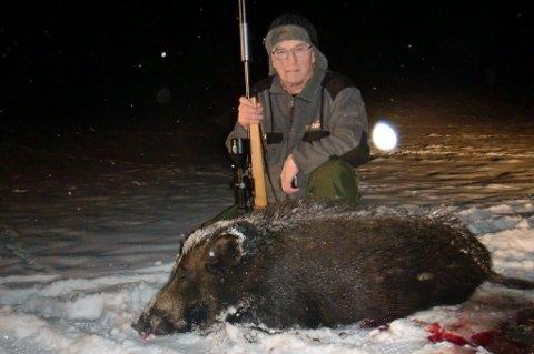Olav Sletner fra Aurskog med villsvinet han skjøt tirsdag kveld.