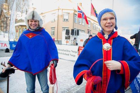 GODT FORNØYD: MSM-general Nils I. Hætta og leder i Samisk Idrettsforbund Berit Ranveig Nilssen prøver seg på lasssokasting selv etter kvalifiseringsrunden.