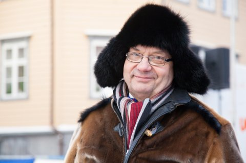 PÅ BESØK: Sametingspresident Egil Olli fikk med seg NM i lassokasting i Tromsø sentrum lørdag.