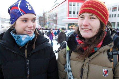 PRESTISJE: Lone J. Nilssen (21) og Maja Oline Sarre (29) deltar i NM i lassokasting, og mener det ligger litt prestisje bak det å være med i NM.