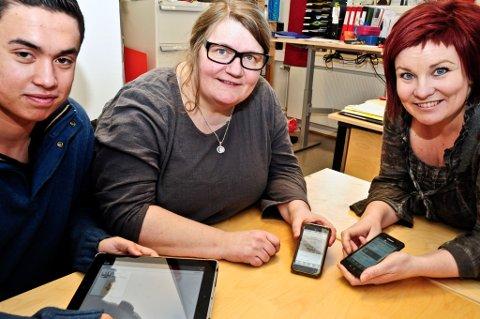 Nyvinning. Harald Melseth, Ellen Moland og Elisabeth Thielemann klikker seg fram til veldig mye informasjon. Foreløpig er det bare 25 som har lastet ned appen, men de regner med det blir mange etter hvert.