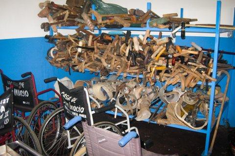 Krykke-lager: Et bilde fra healer-klinikken i Brasil. Krykker, rullestoler og proteser, som øyensynlig ikke er i bruk lenger, ligger på et lager.