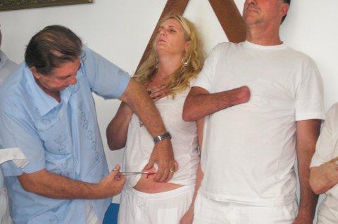 """Sterk scene: Dette var Solveig Worum vitne til i Brasil. Healeren John of God som gjør et kutt i magen på en kvinne, uten bedøvelse. Stikker hånden inn i magen hennes, og gjør et eller annet. Disse """"operasjonene"""" er svært omstridte."""