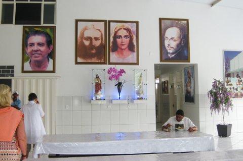 Suppe-kjøkken: Et glimt fra suppekjøkkenet som healeren John of God har etablert i den lille byen i Brasil. Portrettet av healeren henger på veggen, sammen med et bilde av Jesus.
