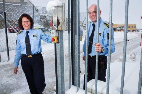 ÅPENT: Fengselsleder Berit Salvesen og assisterende fengselsleder Stian Wangen ved porten til fengselets «åpne» avdeling.