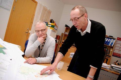 KARTSJEKK: Plansjef Bjørn Pedersen (stående) og skolesjef Kurt Schjølberg gransker området til den nye skolen.