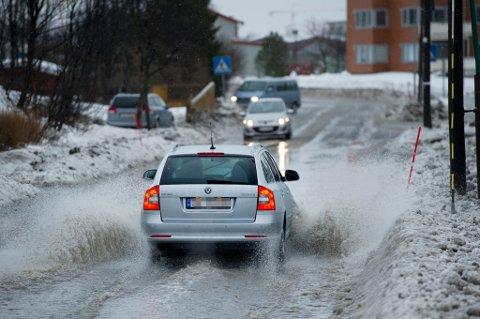 Sørpe og mye vann fører til dårlige kjøreforhold i Tromsø.