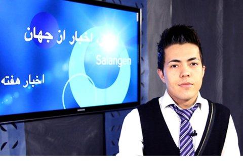 Her holder Ramin Hedari nyhetssendingen på Dari.