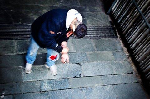 Tallene på overdosedødsfall er for høye, og jeg vil si at det er en skam for Norge. Hvordan rusavhengige tar sin rus, er et viktig tiltak mot overdose. Min holdning er at vi bør åpne for at folk kan røyke heroin. Sprøytebruk er verre og farligere, sier Støre.