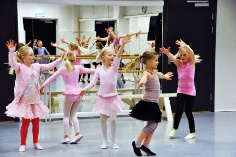 Konsentrert glede: Unge dansere som har faste timer koser seg en gang i året med å ta med sine venner til Studio Nille. En populær aktivitet både for dansere og venner. (Foto: Per Albrigtsen)