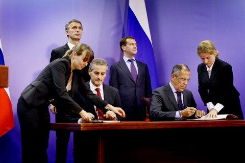 avtale: Her skjer den offisielle undertegningen av delelinjeavtalen i Barentshavet. Utenriksministerne Jonas Gahr Støre og Sergej Lavrov ved bordet, mens statsminister Jens Stoltenberg og daværende president Dmitrij Medvedev overvåker høytideligheten.