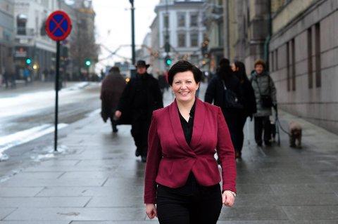 Ap-nestleder Helga Pedersen vil gi menn ekstrapoeng for å utdanne seg til å jobbe i barnehager og innen eldreomsorgen.