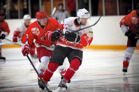 IKKE NHL: Kommunestyremøtet avgjorde at den nye isflaten i Kongshallen ikke vil bli bygget i NHL-størrelse. Her bilde av Nes' Ole Martin Sagli og Knights Henrik de Geer.