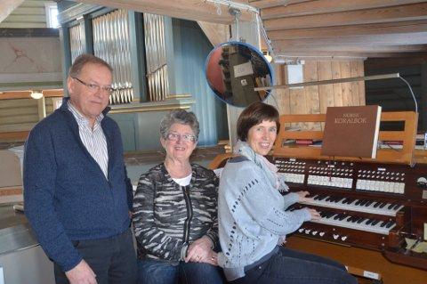 Organist Kari Monsen Sørdal gleder seg til å få nytt orgel å spille på i Jevnaker kirke. Formann i orgelkomiteen Anne Lise Hagen er også glad for at Magnus Magnussen i Sparebankstiftelsen har bidratt med penger.