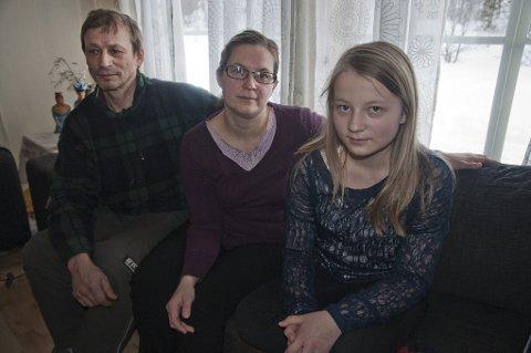 - Jeg liker å ha rein. Jeg har mine egne og vil gjerne fortsette når jeg blir voksen, sier yngstedatteren Lisa Majja sammen med foreldrene Klemet John og Mette.