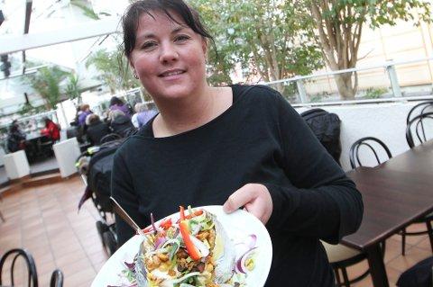 Elizabeth Nyheim og Mon Ami har solgt bakt potet for 30 millioner kroner siden hun overtok restauranten i 1998. Alle foto: Helge Grønmo