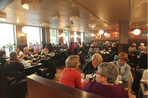 Fullt på dagtid. Mon Ami ligger strategisk til, og har full restaurant til lunsj hver dag. Åpningstidene følger senteret i Glasshuset.