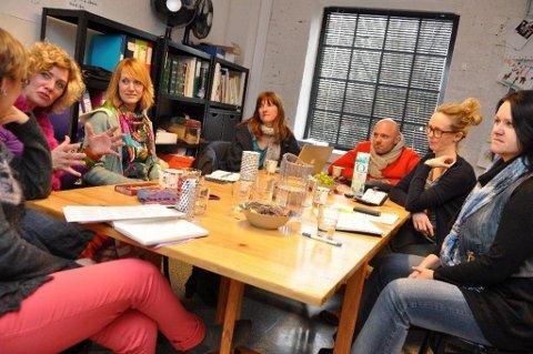 Planlegging: Elin Rusti (Nille), Anne Karin Ramberg (Verket), Cecilie Verde (Verket), Line Brathagen (Nille), Anders Thoresen (Nille og Verket), Kaja Lauten (Nille) og Gro Einarsen (Nille) har mye planlegging å gjøre før samarbeidsprosjektet kan rulle mot publikum. (Foto: Per Albrigtsen)