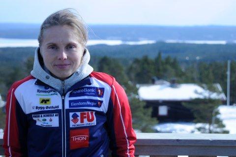 Eva Jurenikova trives som elitetrener i Halden Skiklubb. ? Dette er et av de beste stedene å være hvis man vil bli verdens beste o-løper. Samtidig kan heller ikke vi lene oss tilbake og være fornøyde. Vi må henge med i utviklingen, sier Jurenikova, her på toppen av Høiåstårnet ? med hytta i bakgrunnen. Foto: Atle Wester Larsen