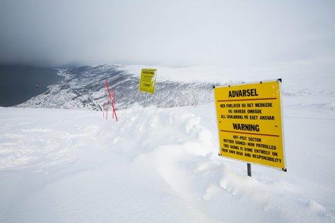 MANGE ADVARSLER: Begge disse skiltene er plassert i retning Djevelberget. Likevel kjører folk forbi.