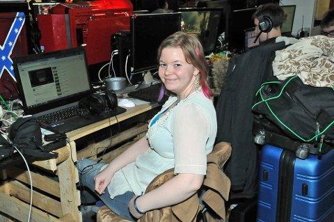 Hilde Høgsnes drog til The Gathering for å treffe nettvenner. Hun tilhører en dataklubb som spiller en spesiell type spill.
