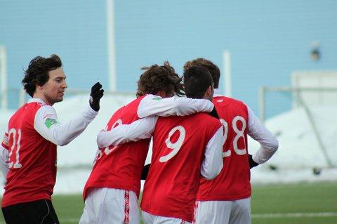 JUBEL: Her jubler Mjølnerguttene for scoring mot Lofoten.