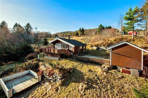 Denne 42 kvadratmeter store hytta i Averøy gikk for 1,28 millioner kroner. Foto: EIENDOMSMEGLER 1
