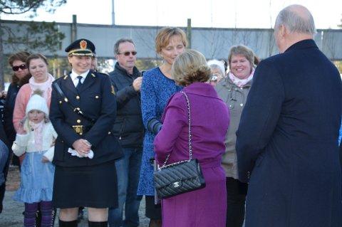 Dronning Sonja takker rådmann Aud Norun Strand for besøket. Til venstre står Mira Mariell Bjørnø (7) som etter hvert fikk hilse på og gi en tegning til Dronningen.