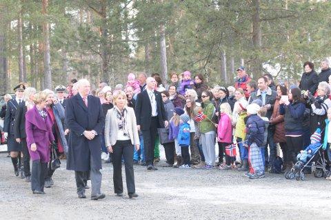Kongen og Dronningen ankom Frisklivssentralen og ble mottatt av drøyt 100 mennesker med tilrop og norske flagg.