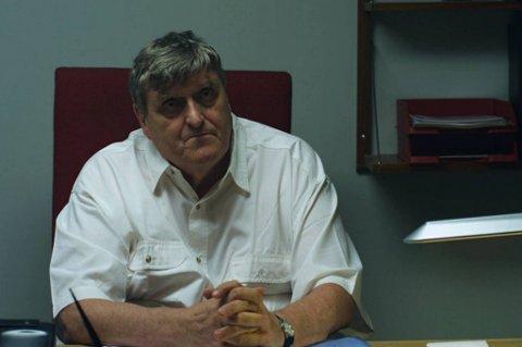 Philip Newth har rollen som spillmester i «Blåtur».