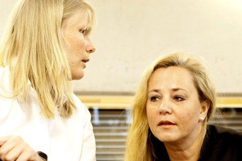 FORSVARERNE: Advokat Siri Langseth (t.v) representerer den tiltalte moren. Unni Fries (t.h.) representrer den tiltalte ektemannen. FOTO: TOM GUSTAVSEN