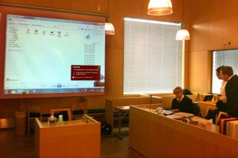 LYTTER: Her blir lydklippene spilt av for retten på Øvre Romerike. Bildet er tatt i en av rettens pauser. FOTO: PER STOKKEBRYN