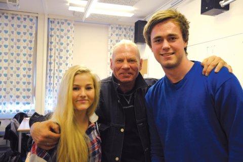 Engasjerte: Helene Nilsen (16) og Joachim Kristensen (17) synes Hans Petter Martinsens (midten) foredrag var  lærerikt.