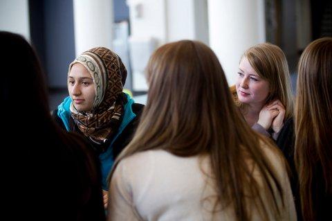 SKEPTISKE TIL FORBUD: Samira Ahmadi og Rebekka Østreng ved Mailand videregående skole er usikre på om niqab-forbud er riktig vei å gå.
