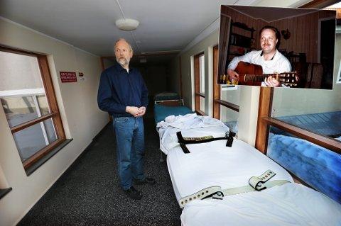 Klinikksjef Magnus Hald ved en seng som den Ivar Kjell Granberg (64) lå reimet fast på hender og føtter da han døde på Åsgård 4. juli 2011.