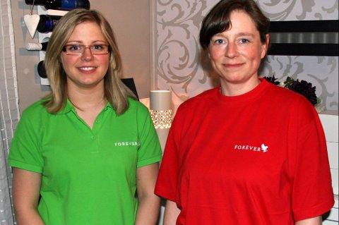 Forhandler Silje Olsen og hennes mor Bente Olsen arrangerer wrappingkvelder for jenter som vil teste det ut.