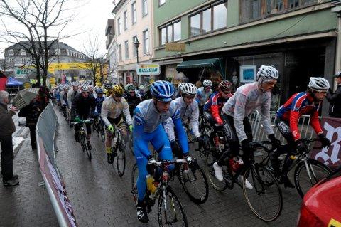Her har startskuddet akkurat gått på Søndre torg. Hadeland Grand Prix går i kulde og regn lørdag.