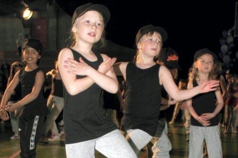 "Dance Factory 1.-3. klasse framførte dans til låta ""To dråper vann"" fra Melodi Grand Prix junior."