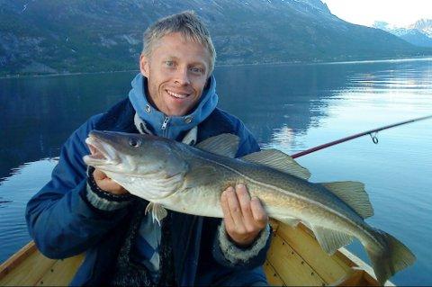 I Skjomen har Gunnar hytte, og der kjenner han alle fiskeplassene. Han tilbringer hver sommer her.
