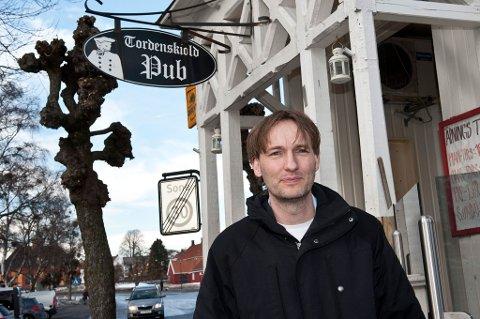Johnny Wulfken ved Tordenskiold pub i Stavern er en av utelivseierne som nå er ber politikerne om å inne vedta de nye retningslinjene for regulering av støy.