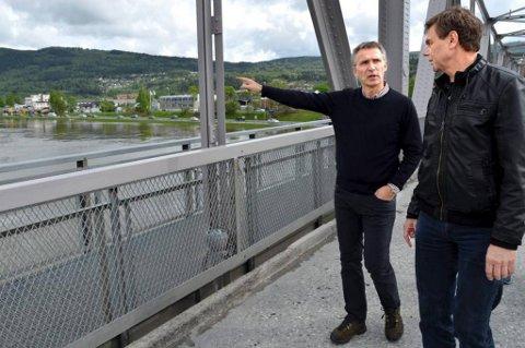 Statsminister Jens Stoltenberg sammen med ordfører i Nedre Eiker kommune, Bent Inge Bye (Ap).