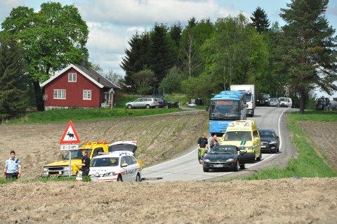 KØ: Det køet seg noe akkurat da bilen skulle berges opp av grøfta, mens stort sett fløt trafikken greit forbi.
