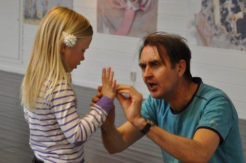 Sofie Ness (6) frå Skarveland skule får opplæring i trylling av Svein Nyhus.