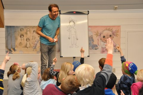 Forfattar og illustratør Svein Nyhus stiller ut teikningar på biblioteket. Torsdag var han på besøk og las og teikna for ungane.