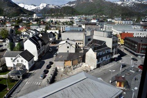 Bykvartalet 20, består av fem eiendommer. Nordea-bygget utgjør to av dem. Forretningsgården Kjolestua som brant i fjor vinter, Torget 8 eller Gamle Kaffistova i tre etasjer, beliggende mot torget og forretningsgården i Roald Amundsen gate som huset Ølutsalget.   Foto: Gullik Maas Pedersen